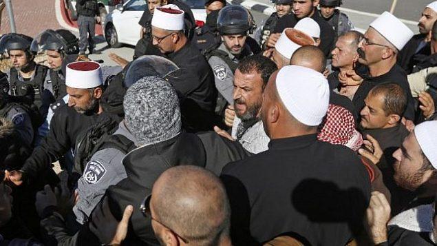 قوى الأمن الإسرائيلي تقف للمراقبة خلال مظاهرة لرجال دروز ضد الإنتخابات المحلية أمام مركز إقتراع في قرية مجدل شمس في هضبة الجولان، 30 أكتوبر، 2018.   (Photo by JALAA MAREY / AFP)