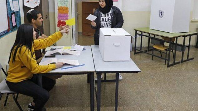فلسطينية من القدس تستعد للإدلاء بصوتها خلال الإنتخابات المحلية في 30 أكتوبر، 2018، في شعفاط، القدس الشرقية. (AHMAD GHARABLI / AFP)