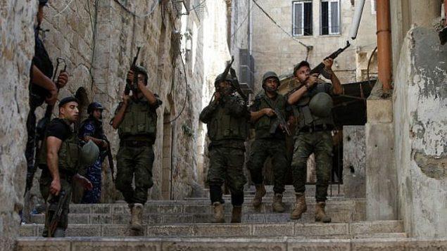 توضيحية: قوى الأمن الفلسطينية تقوم بدورية في مدينة نابلس في الضفة الغربية في 19 أغسطس، 2016، في خضم مواجهات.  (AFP Photo/Jaafar Ashtiyeh)