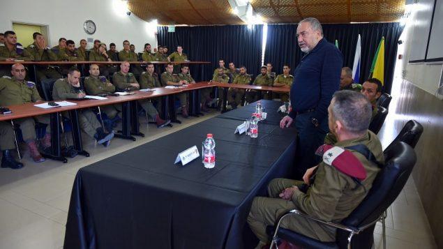 وزير الدفاع افيغادور ليبرمان يلتقي بضباط في قيادة الجنود في الجيش الإسرائيلي، 16 اكتوبر 2018 (Ariel Hermoni/Ministry of Defense)