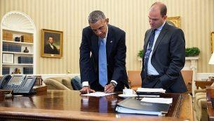 نائب مستشار الأمن القومي بن رودس، يمين، مع باراك أوباما في المكتب البيضاوي في 10 سبتمبر 2014. (White House/Pete Souza)