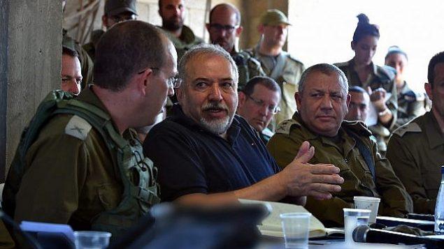 وزير الدفاع أفيغدور ليبرمان يتلقي بضباط كبار في الجيش الإسرائيلي خلال مناورة تحاكي حربا في قطاع غزة، 17 يوليو، 2018. (Hermoni/Defense Ministry)