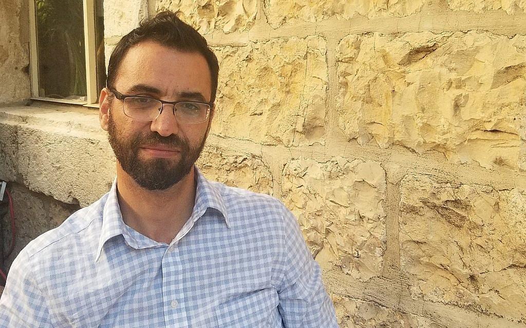 """عزيز أبو سارة، الذي انسحب الأسبوع الماضي من سباق الإنتخابات البلدية في القدس، في فندق """"كولوني"""" في سبتمبر. (آدم راسغون / تايمز أوف إسرائيل)"""