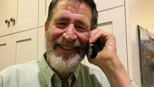 جورج سميث يتحدث عبر الهاتف مع وكالة أسوشيتد برس في منزله في كولومبيا، ميزوري، الولايات المتحدة، 3 أكتوبر، 2018، بعد أن علم أنه فاز بجائزة نوبل في الكيمياء عام 2018. (Marjorie Sable via AP)