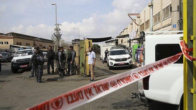 قوى الأمن الإسرائيلية تقف عند مدخل المنقطة الصناعية بركان في شمال الضفة الغربية، 7 أكتوبر، 2018. (AP Photo/Oded Balilty)