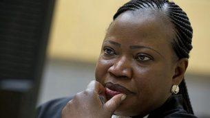 المدعية العامة فاتو بنسودا في انتظار بدء محاكمة في المحكمة الجنائية الدولية في لاهاي، هولندا، 27 نوفمبر، 2013. (Peter Dejong/AP)