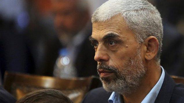 في هذه الصورة من 1 مايو 2017، يحضر يحيى السنوار، زعيم حماس في قطاع غزة، مؤتمراً صحفياً في مدينة غزة. (AP Photo / Adel Hana، File)