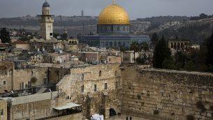صورة للحائط الغربي وقبة الصخرة، اثنان من أقدس المواقع لليهود والمسلمين، في البلدة القديمة في القدس، 6 ديسمبر، 2017.  (AP Photo/Oded Balilty)