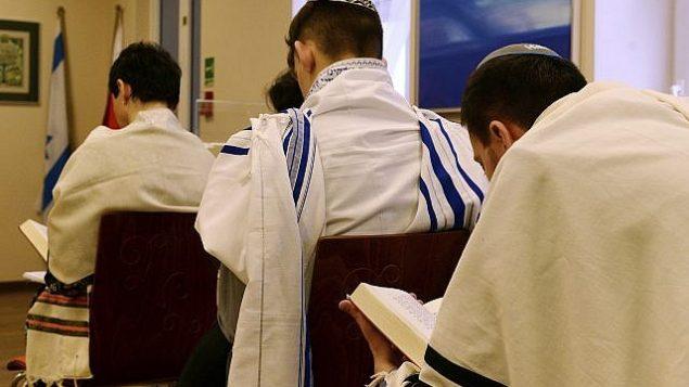 صورة توضيحية لمصلين يهود في كنيس في وارسو، بولندا، 10 فبراير، 2018. (AP Photo/Alik Keplicz)