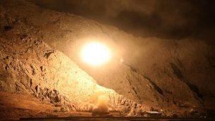 صورة صادرة عن الحرس الثوري الإيراني في 1 اكتوبر 2018، تظهر صاروخا اطلق من مدينة كرمنشاه في غرب إيران ضد تنظيم الدولة الإسلامية في سوريا (Sepahnews via AP)