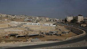 تظهر صورة من 30 سبتمبر 2018 منظر عام للمنطقة القريبة من بلدة أبو ديس بالضفة الغربية والعيزرية التي من المقرر إجلاء السكان البدو في الخان الأحمر إليها. (AP Photo / مجدي محمد)