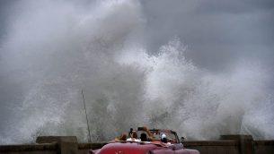 امواج عالية ناتجة عن هوامش الاعصار مايكل في هفانا، كوبا، 9 اكتوبر 2018 (AP Photo/Ramon Espinosa)