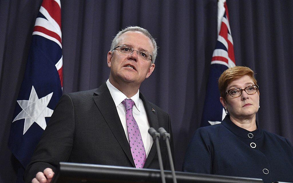 رئيس الوزراء الأسترالي سكوت موريسون، من ابسار، يتحدث لوسائل الإعلام إلى جانب وزيرة خارجيته ماريز باين في مبنى البرلمان في كانبرا، 16 أكتوبر، 2018. (Mick Tsikas/AAP Image via AP)