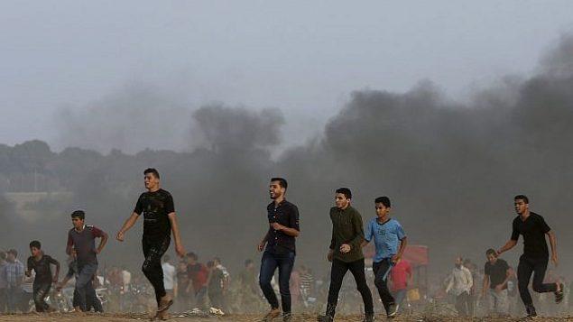 متظاهرون بالقرب من الحدود مع قطاع غزة مع إسرائيل شرقي خان يونس، جنوب قطاع غزة، الجمعة، 19 أكتوبر، 2018. (AP Photo/Adel Hana)