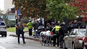 عناصر الامن امام كنيس 'شجرة الحياة' بعد هجوم اطلاق نار راح ضحيته 11 شخصا في بتسبورغ، 27 اكتوبر 2018 (AP Photo/Gene J. Puskar)