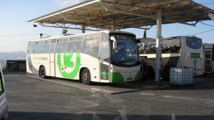 """حافلة تابعة لشركة """"أوفكيم"""" في مستوطنة أريئيل في الضفة الغربية.  (photo credit: CC BY-SA, by Ori, Wikimedia Commons)"""