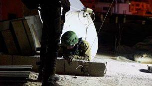 القوات الإسرائيلية تقوم بأخذ قياسات منزل فلسطيني قتل جنديا إسرائيليا تمهيدا لهدمه، كما يظهرون هنا في الصورة في مخيم الأمعري في الضفة الغربية، 2 أكتوبر، 2018. (الناطق باسم الجيش الإسرائيلي)