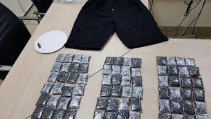 في هذه الصورة التي نشرتها الشرطة الإسرائيلية في 30 سبتمبر، 2018، يظهر سروال يُزعم أنه استُخدم لتهريب ثلاثة كيلوغرامات من الكوكائين عبر مطار بن غوريون ورزم تحتوي على المخدر كما ورد. (الشرطة الإسرائيلة)