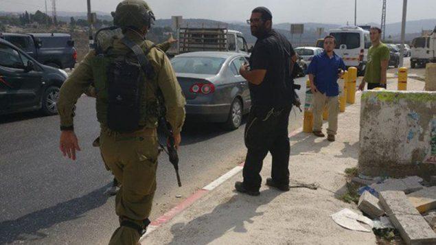 جنود اسرائيليون يصلون ساحة هجوم طعن في شمال الضفة الغربية، 11 اكتوبر 2018 (Meir Amrani)