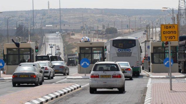 صورة توضيحية لسيارات اسرائيلية تمر عبر حاجز في شارع 443 في الضفة الغربية (Gili Yaari/Flash90)