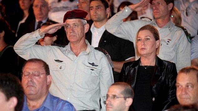 رئيس هيئة الأركان العامة للجيش الإسرائيلي بيني غانتس (من اليسار) ورئيسة حزب 'هتنوعاه' تسيبي ليفني (من اليمين) في مراسم لإحياء ذكرى المحرقة في كيبوتس يتسحاق، 27 أبريل، 2014. (Gideon Markowicz/Flash90)