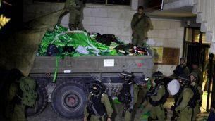 صورة توضيحية: جنود اسرائيليون يصادرون اعلام حركة حماس من جامعة بير زيت المجاورة لرام الله، الضفة الغربية، 19 يونيو 2014 (Issam Rimawi/Flash90)