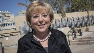 رئيسة بلدية نتانيا ميريام فيربرغ في صورة في شارع  في نتانيا، 6 مارس 2017. (Nati Shohat/Flash90)