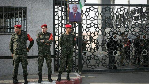 قوى الأمن الفلسطينية تحرس معبر رفح الحدودي مع مصر، في جنوب قطاع غزة، 18 نوفمبر، 2017. (Abed Rahim Khatib/Flash90)