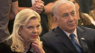 رئيس الوزراء بنيامين نتنياهو، يمين، وزوجته سارة في القدس، في 16 مايو 2018. (Yonatan Sindel/Flash90)
