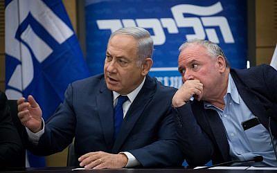 رئيس الوزراء بينيامين نتنياهو ورئيس الإئتللاف دافيد أمسالم في جلسة لحزب 'الليكود' في الكنيست، 25 يونيو، 2018.  (Yonatan Sindel/Flash90)