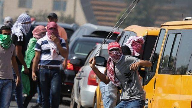 مقاتلون فلسطينيون يتصادمون مع جنود إسرائيليين خلال اشتباكات بالقرب من مستوطنة بيت إيل اليهودية قرب رام الله في 2 أكتوبر 2018. (Flash90)