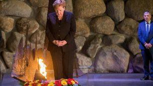 المستشارة الالمانية انغيلا ميركل تضع اكليل زهور خلال مراسيم في صالة الذكرى في نصب ياد فاشيم التذكاري للمحرقة في القدس، 4 اكتوبر 2018 (Oren Ben Hakoon/POOL)