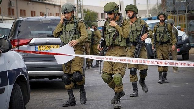 قوات الأمن في ساحة هجوم اطلاق نار في مجمع باركان الصناعي في شمال الضفة الغربية، 7 اكتوبر 2018 (Flash90)