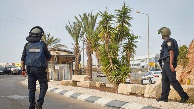 القوات الإسرائيلي في موقع هجوم إطلاق النار في المنطقة الصناعية بركان في الضفة الغربية، 7 أكتوبر، 2018. (Flash90)