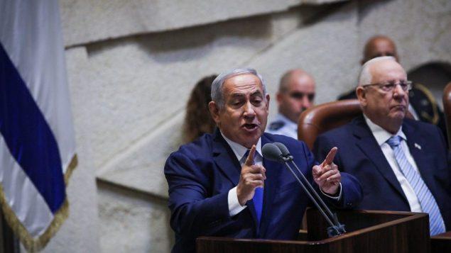 رئيس الوزراء بنيامين نتنياهو يخاطب الكنيست الإسرائيلي خلال افتتاح موسم الشتاء في 15 اكتوبر 2018 (Hadas Parush/Flash90)