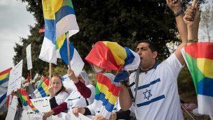 ناشطون وأعضاء من الطائفة الدرزية يحتجون ضد قانون الدولة القومية، خارج الكنيست، في 15 أكتوبر 2018. (Yonatan Sindel/Flash90)