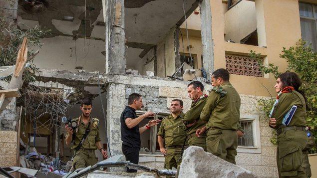 اللواء هرتسل هاليفي، قائد قيادة الجيش الجنوبية، يزور منزلا في بئر السبع دمره صاروخ اطلق من غزة في 17 اكتوبر 2018 (Flash90)