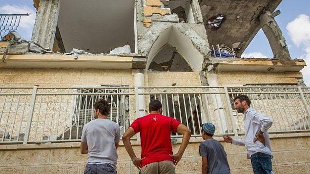 الأضرار التي لحقت بمنزل في أعقاب إصابته بصاروخ أُطلق من قطاع غزة، في مدينة بئر السبع، جنوب إسرائيل، 17 اكتوبر 2018 (Flash90)