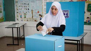 سيدة عربية تدلي بصوتها في صندوق الإقتراع خلال إنتخابات السلطات المحلية، في كفر قاسم، 30 أكتوبر، 2018. (Roy Alima/Flash90)