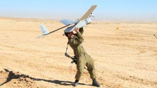 توضيحية: جندي إسرائيل من قوات المدفعية يطلق طائرة مسيرة من طراز 'سكايلارك'، التي تصنعها شركة 'إلبيت'، والتي تُعرف في الجيش الإسرائيلي باسم 'راكب السماء'، 21 يناير، 2013.  (Cpl. Zev Marmorstein/Israel Defense Forces)
