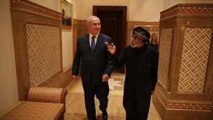 رئيس الوزراء بنيامين نتانياهو يتحدث مع السلطان قابوس بن سعيد آل سعيدي في عمان في 26 أكتوبر 2018 (Courtesy)