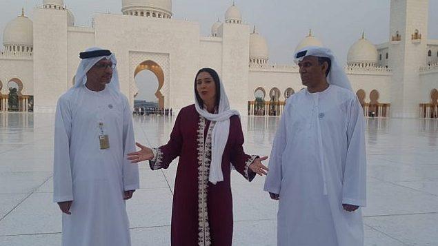 ميري ريغيف، وسط الصورة، في زيارة لمسجد الشيخ زايد في أبو ظبي مع مسؤولين إماراتيين في 29 أكتوبر، 2018.  (Courtesy Chen Kedem Maktoubi)