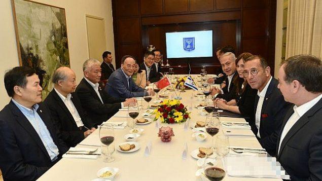رئيس الوزراء بينيامين نتنياهو يستضيف نائب الرئيس الصيني وانغ كيشان في مقر إقامة رئيس الوزراء في القدس، 22 أكتوبر، 2018. (Kobi Gideon/GPO)