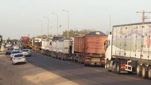 شاحنات ومركبات في انتظار الدخول إلى غزة عبر معير كيرم شالوم، 29 أكتوبر، 2018.  (Im Tirtzu)