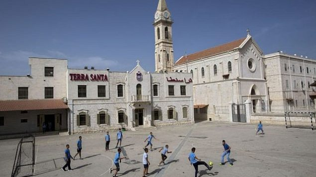 تلاميذ مدرسة ميسحيون عرب يلعبون كرة القدم في مدرسة 'ترا سانتا' في مدينة اللد اليهودية العربية المختلطة، 26 مايو، 2015. (AP/Oded Balilty)