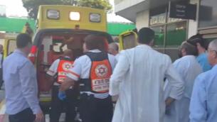 توضيحية: ضحية في هجوم طعن وقع في الضقة الغربية يصل إلى مستشفى بيلينسون في بيتح تيكفا، 24 ديسمبر، 2015. (نجمة داوود الحمراء)