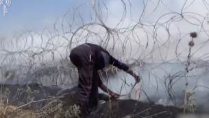 صورة توضيحية. رجل من غزة مع قاطعة براغي في منطقة السياج الحدودي في لقطات صادرة عن الجيش الإسرائيلي للعنف على الحدود في 14 مايو. (الجيش الإسرائيلي)