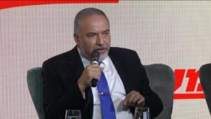 وزير الدفاع افيغادور ليبرمان خلال مؤتمر صحيفة معاريف في القدس، 15 اكتوبر 2018 (Screen capture)