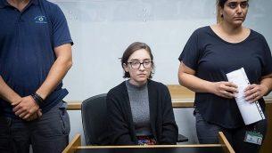 لارا القاسم، طالبة دراسات عليا أمريكية (22 عاما)، تصل إلى قاعة المحكمة المركزية في تل أبيب في 11 أكتوبر، 2018. الطالبة الأمريكية محتجزة في مطار إسرائيل الدولي منذ الأسبوع الماضي، حيث تم منعها من دخول إسرائيل بسبب اتهاما بدعم مقاطعة الدولة اليهودية.  (Miriam Alster/Flash90)