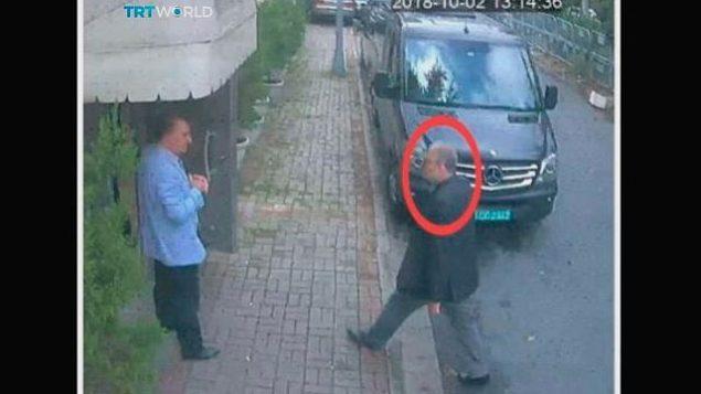 تظهر هذه الصورة المأخوذة من فيديو CCTV الصحفي السعودي جمال خاشقجي يدخل القنصلية السعودية في اسطنبول، يوم الثلاثاء، 2 أكتوبر، 2018. (CCTV/TRT World via AP)